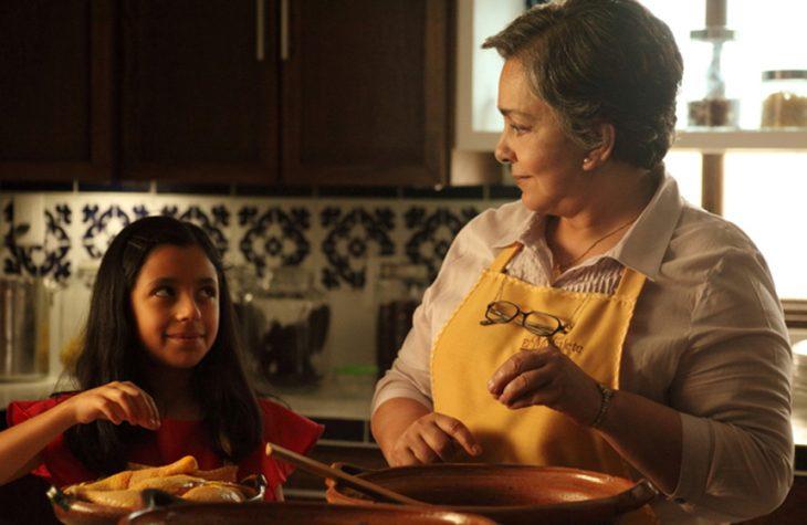Abuela y su nieta cocinando
