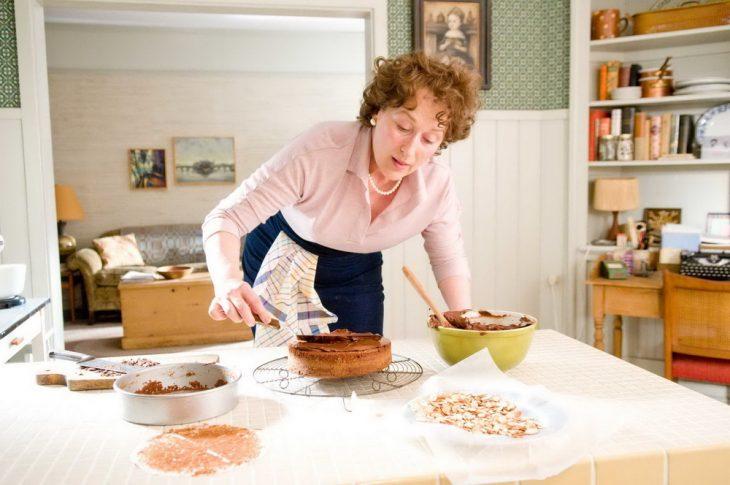 Escena de la película julie and julia meryl streep cocinando