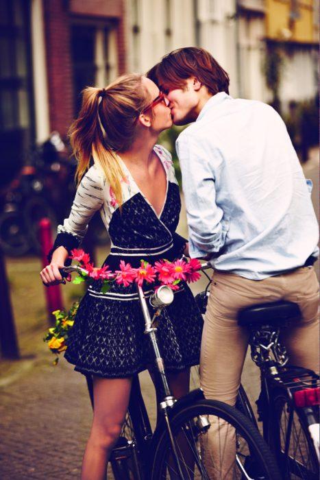 chicos besandose en bicicleta en la calle