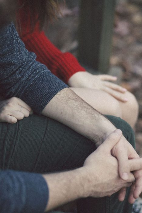 pareja tomados de las manos