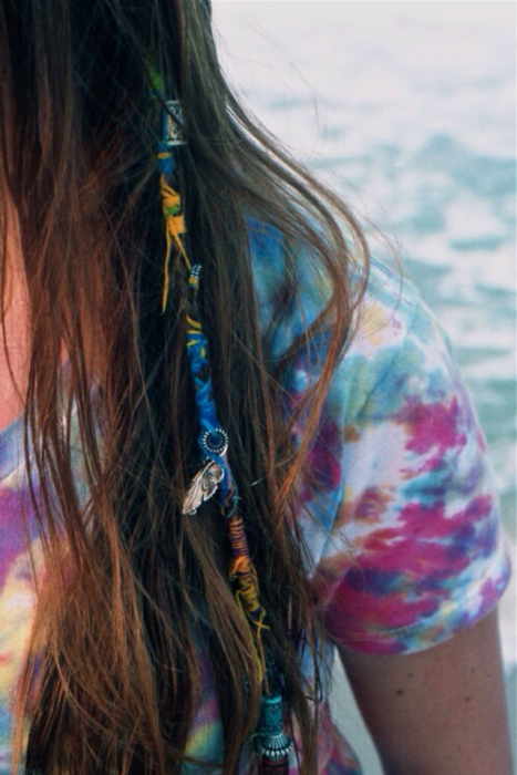 cabello largo chica con trenzas de hilo verano