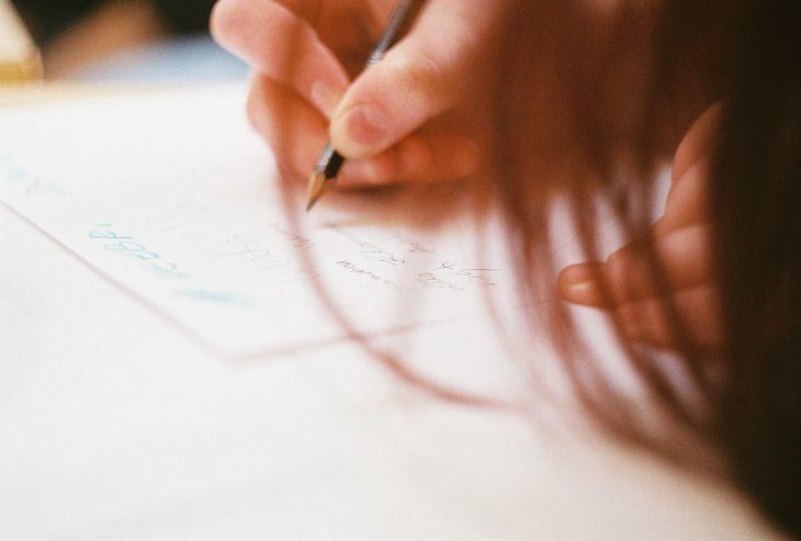 chica escribiendo cartas