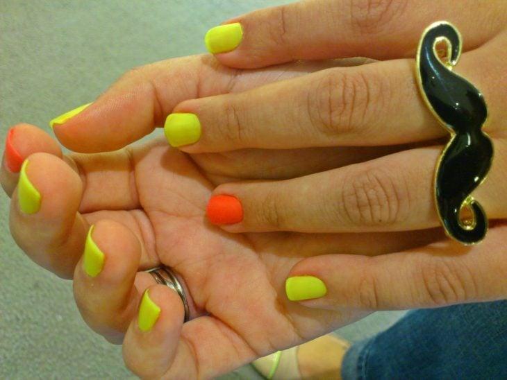 uñas pintadas marcador colores fluorescentes