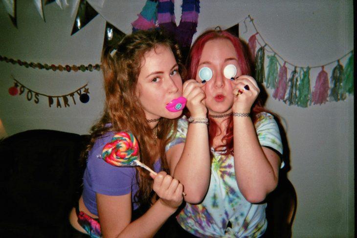 selfie fotografía chicas de los 90s con cámara desechable