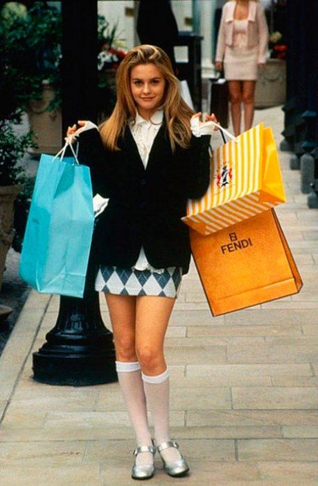 chica de compras con medias altas y falda corta 90s