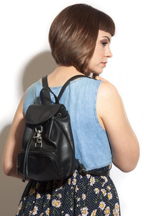 Chica con backpack negra de piel pequeña 90s