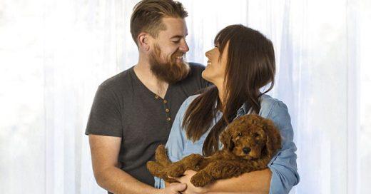 Esta pareja hizo una sesión de fotos de recién nacido con su PERRO para evitar preguntas sobre BEBÉS