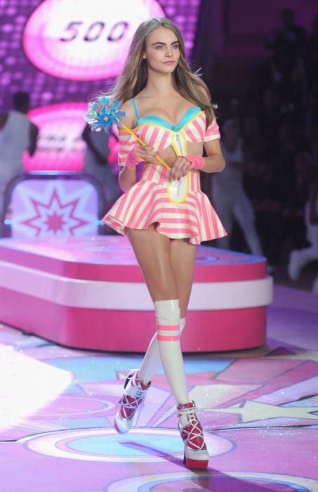 Cara Delevingne modelando para Victoria's Secret
