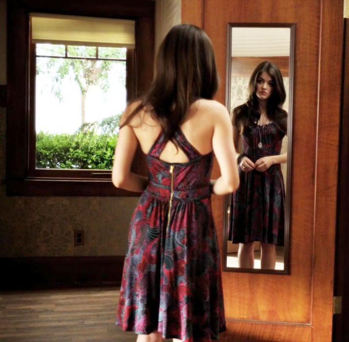 Aria de la serie pretty little lairs parada frente a un espejo