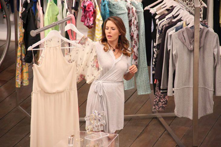 Chica llendo de compras en una tienda