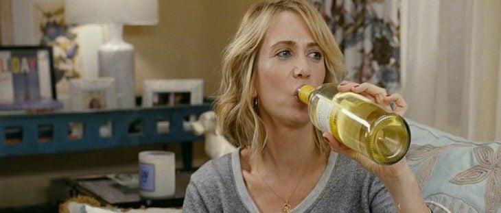 Escena de la película damas de honor en guerra chica bebiendo de una botella de vino
