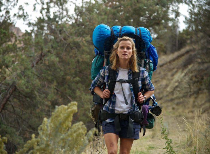 Escena de la película wild resse whiterspon con una mochila en sus espaldas caminando por un sendero