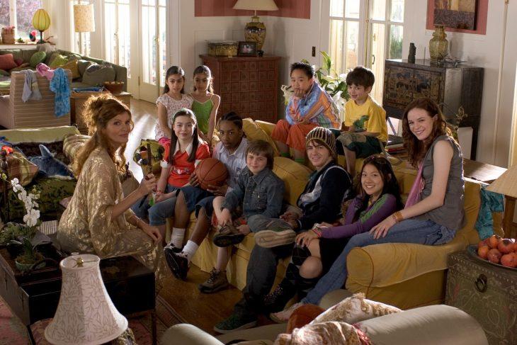 Escena de la película los tuyos, los míos y los nuestros familia en un sofá