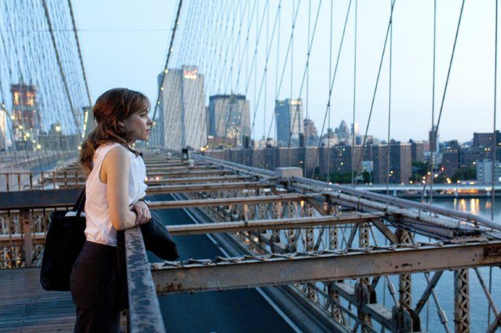 Escena de la película un despertar glorioso chica en un puente vendo la ciudad