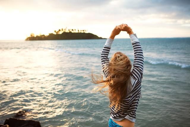 Chica con los brazos levantados