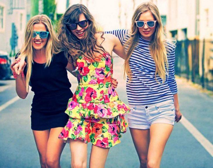 Chicas abrazadas caminando por la calle