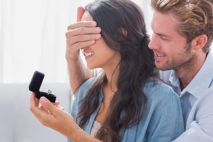 Chico sorprendiendo a su novia con un anillo de compromiso