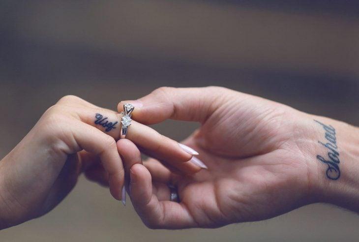 Chico colocando el anillo de compromiso