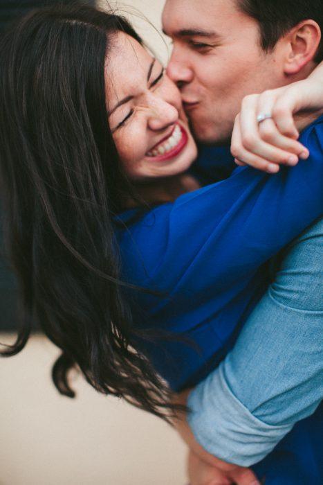 Pareja comprometida abrazándose