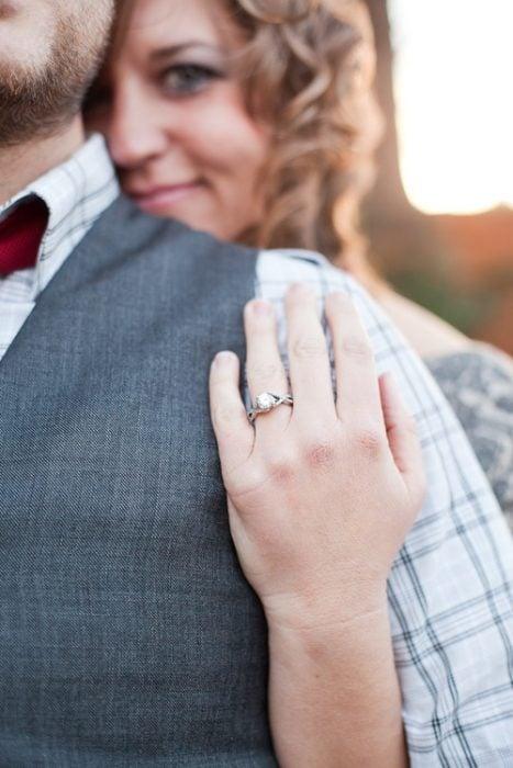 Chica mostrando su anillo de compromiso