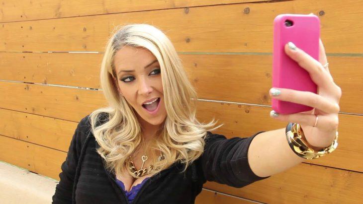 Chica tomándose una foto con el celular