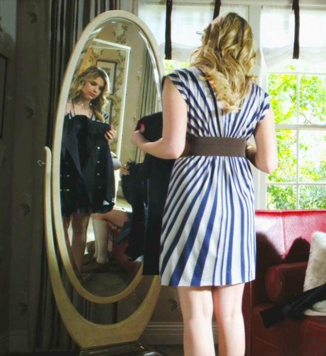Hanna de pretty little liars frente al espejo midiéndose ropa