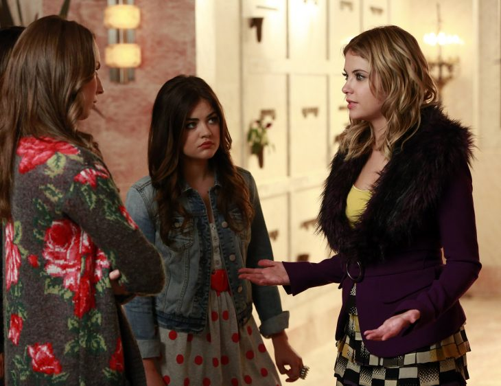 Escena de la serie pretty little liars amigas hablando