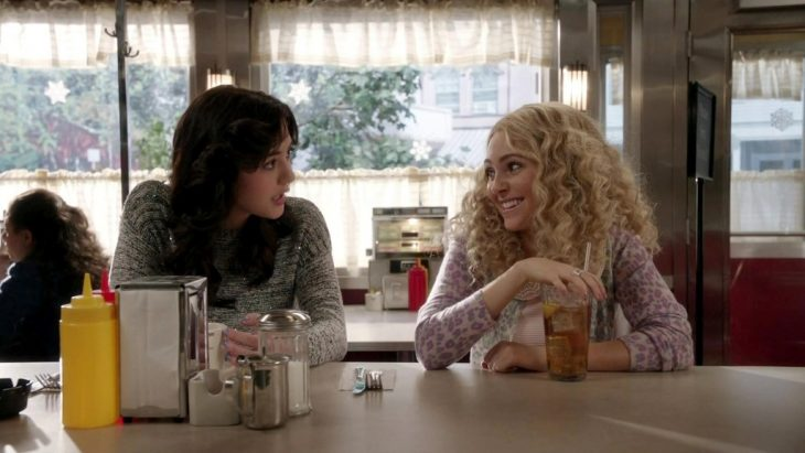 Escena de la serie the carrie daries chicas en la barra de un restaurante comiendo