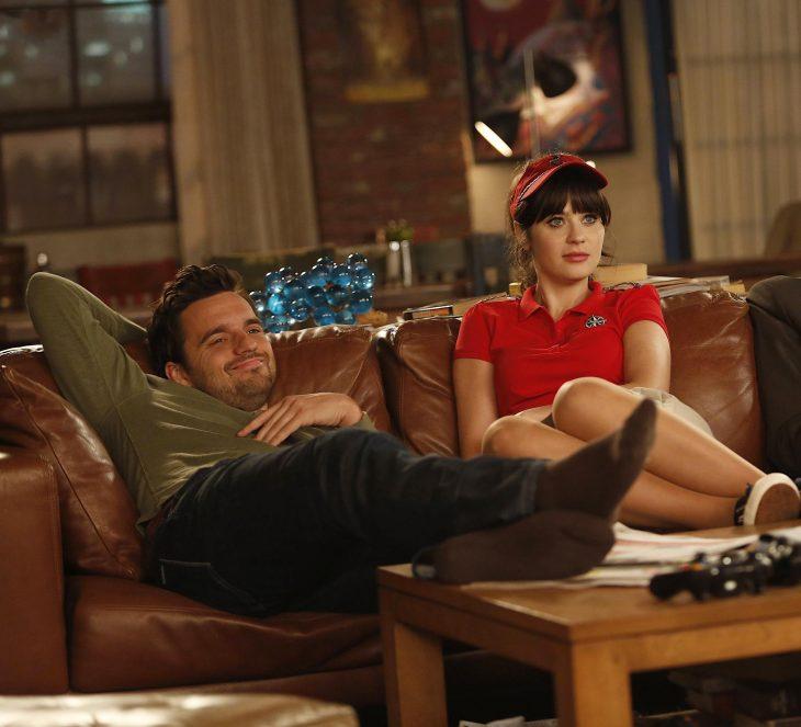 Escena de la serie nww girl chicos sentados en el sillón viendo la televisión