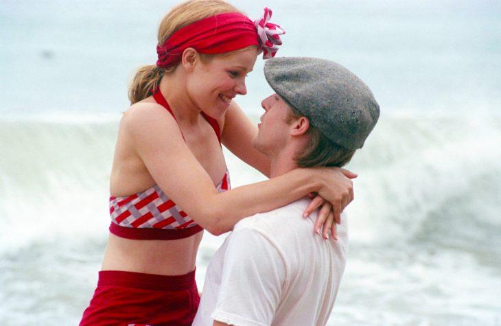 Escena de la película el diario de noah. allie y noah en la playa con trajes de baño bañándose en el mar