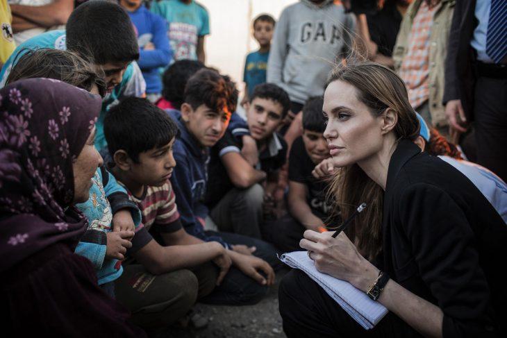 Angelina Jolie haciendo labor comunitaria
