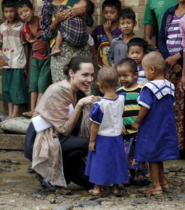 Angelina Jolie ayudando niños