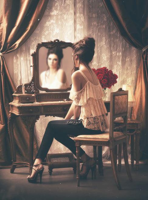 Chica viéndose en un espejo