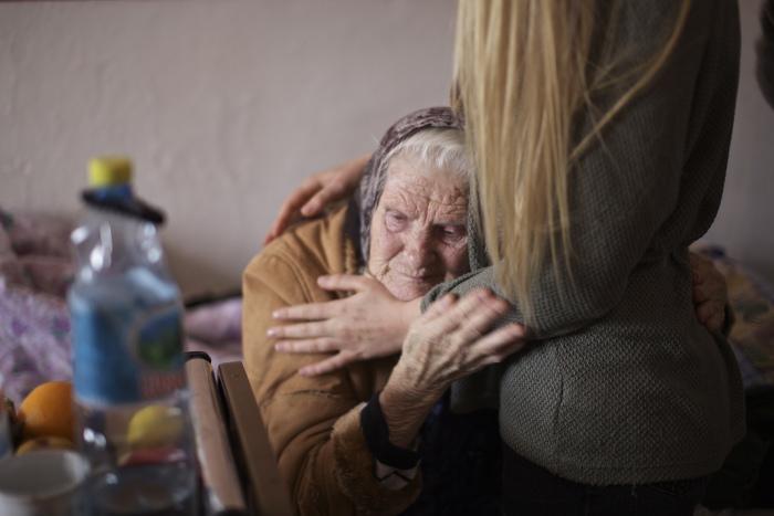 Chica abrazando a una anciana