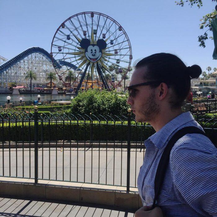 Hombre usando un chongo mientras se pasea por Disney