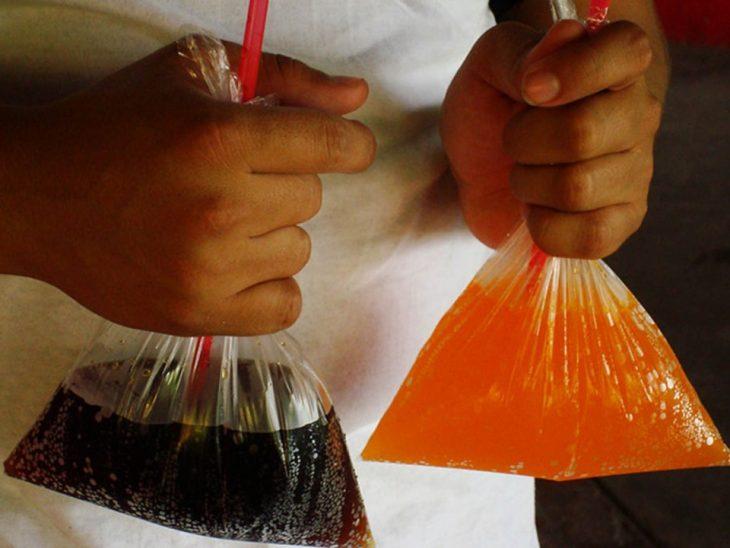 Niño con un refresco de bolsita
