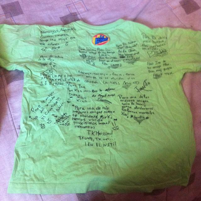 Camiseta de un niño llena de firmas