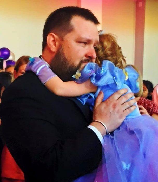 Ryan, papá de Lila llorando