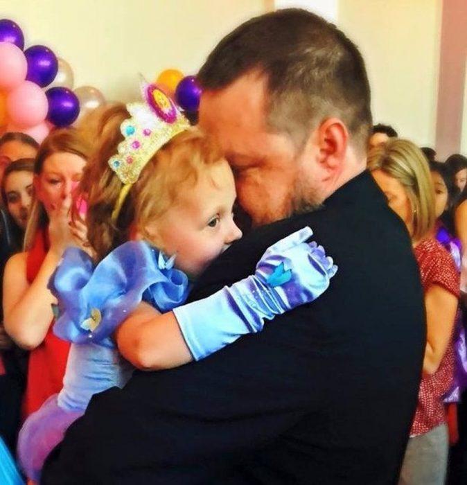 Lila May y su papá abrazados
