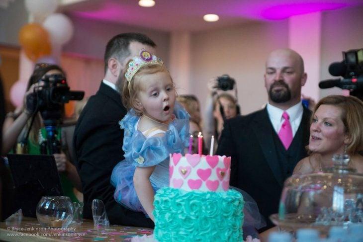 Lila May soplando sus velitas del pastel