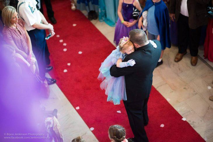 Lila y su papá bailando en la alfombra roja