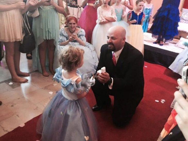 El padrastro de Lila May entregándole un anillo