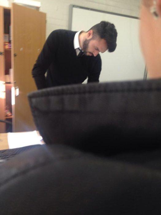 Profesor guapo dando clases