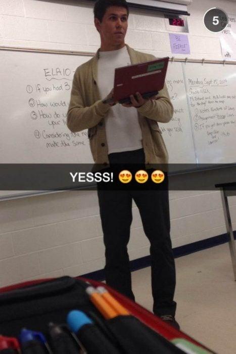 Profesor guapo explicando la clase