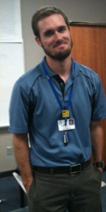 Profesor rubio y con barba frente a la clase