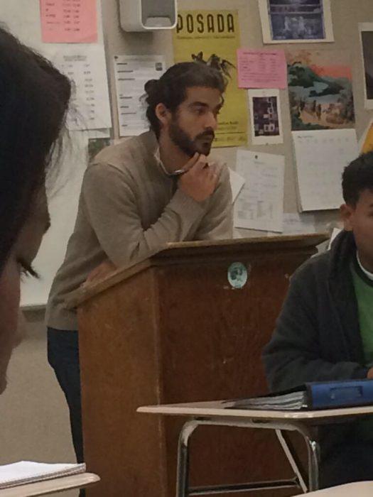 Profesor hipster con peinado bun y barba