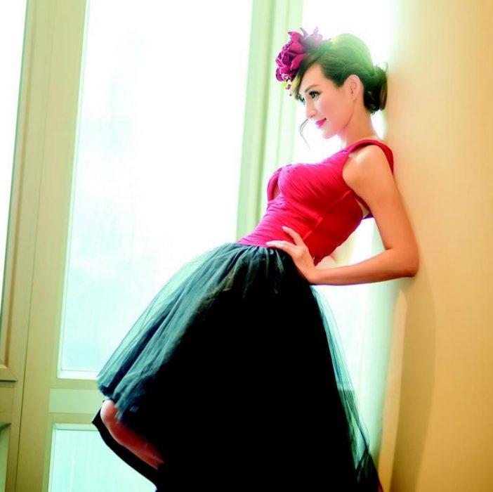 Candy Lo con un vestido
