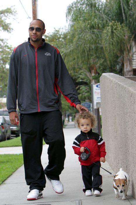 Hank Baskett, su perro y su hijo
