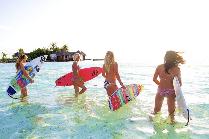 Chicas surfistas en el mar