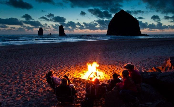 Fogata con amigos en la playa